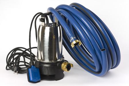 bomba de agua: Una bomba sumergible para aguas sucias y una manguera de agua azul sobre un fondo blanco que aparece