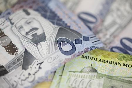 Primer plano de las nuevas notas del Riyal Saudí.