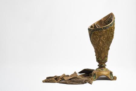 향로와 한천 목재, 향 칩, 아랍어 번역 : Oud, 라마단에서 사용하고 향을 피우십시오 옷, 가구 및 장소