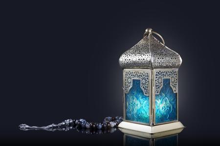 Tradycyjna latarnia z różańcem na ciemnym tle