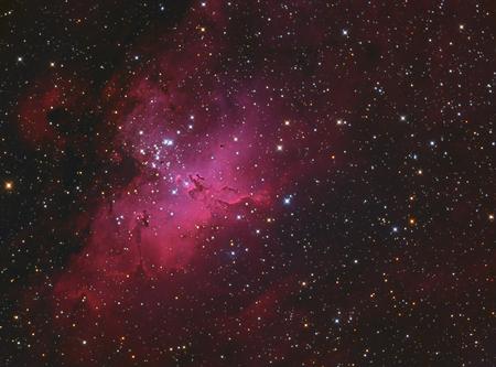 Nebulosa M16 de Eagle en Serpens tomada con la cámara CCD a través del telescopio de campo medio
