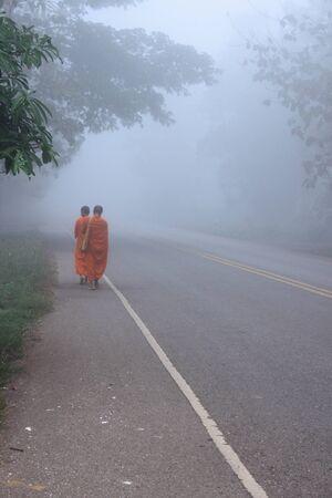 klerus: Buddhistischen Klerus gehen zu erhalten f�r Lebensmittel aus Menschen auf t�gliche Aktivit�t