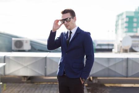 Der reiche Mann in Anzug und Brille