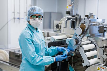 aluminium tanks voor de opslag van grondstoffen in de chemische industrie, steriele omstandigheden in de onderneming Stockfoto