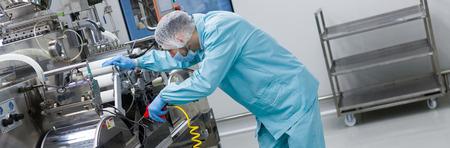 Widescreen, gebeugte Arbeiter, Fabrikarbeiter ist die Festlegung der Fertigungsmaschine
