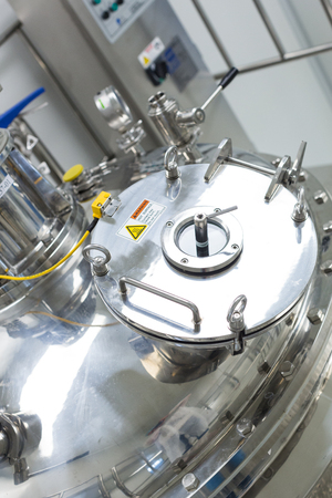 close photo of steel chromed tank with engine and compression cap Standard-Bild