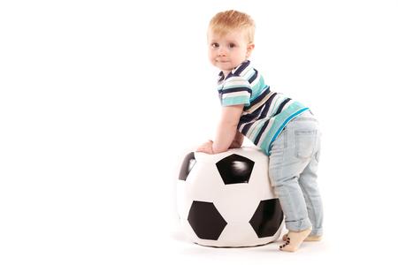 jonge amateurvoetbal speelt met een bal