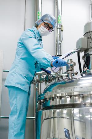 tanques de aluminio para el almacenamiento de materias primas en la industria química, condiciones estériles en la empresa