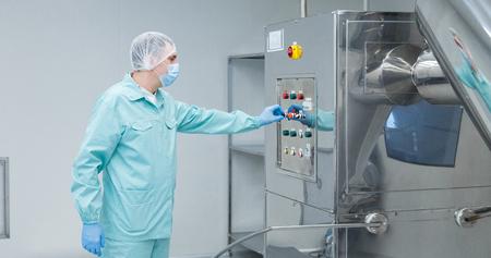 Pharmazeutischer Techniker in steriler Umgebung in der Apothekenindustrie
