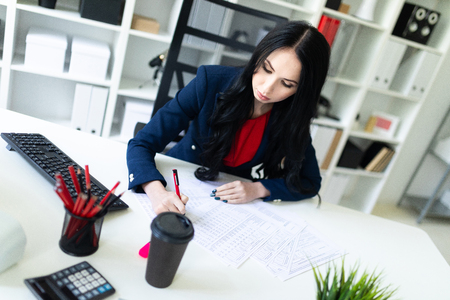 Portrait of a young girl in a suit. Beautiful girl is working in the office. 版權商用圖片 - 101375794