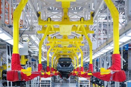 Moderne autoproductielijn, geautomatiseerde productieapparatuur. Winkel voor de montage van nieuwe moderne auto's. De manier van assemblage van de auto op de assemblagelijn in de fabriek