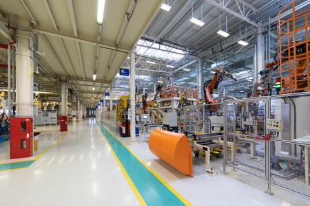 Werk der Automobilindustrie. Shop fürProduktion und Montage von Maschinen. Prozess des Schweißens von Autoteilen Standard-Bild