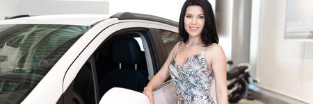 Charmanter Kundenbrunch beim Kauf eines neuen Autos im Händlerzentrum