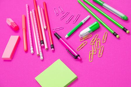 Pink and light green stationery on pink background cutout 版權商用圖片 - 129194428