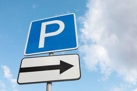 Primo piano del parcheggio del cartello stradale sulla destra contro il cielo Archivio Fotografico