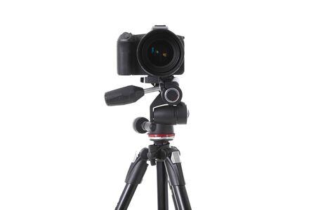 Vista frontale della moderna fotocamera nera multifunzionale sul supporto isolato. Foto con profondità di campo Archivio Fotografico