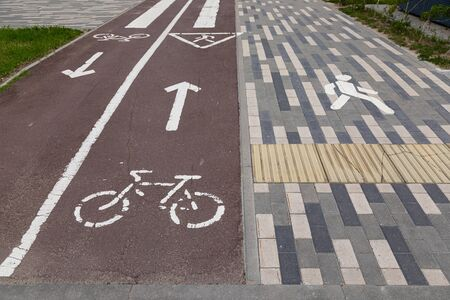 Wide pedestrian path and bikeway with road marking Stockfoto