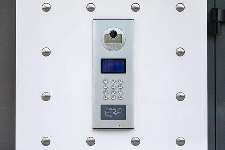 Primo piano del vivavoce bianco con sistema di identificazione e videocamera Archivio Fotografico