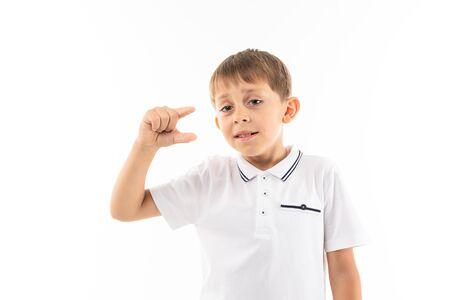 Mały blond chłopiec pokazuje mały obrazek na białym tle.