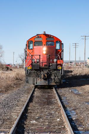 Kopf auf der Ansicht der roten Lokomotive auf Spuren in der Stadt