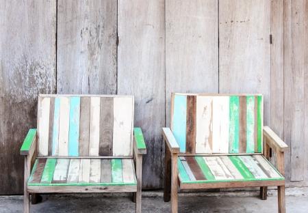 silla de madera: Silla de madera en la fuente de la vieja casa de madera