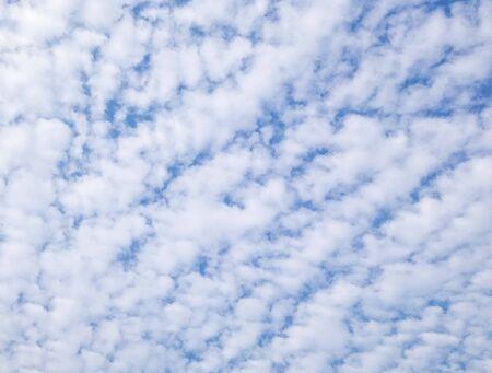 the clear sky: Mayormente nublado en el cielo de la tarde