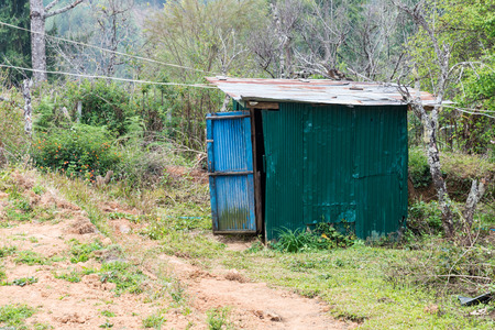 inodoro: Inodoro viejo en la mouation del parque nacional. Foto de archivo