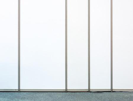 tabique: Partici�n blanca en la peque�a oficina. Foto de archivo