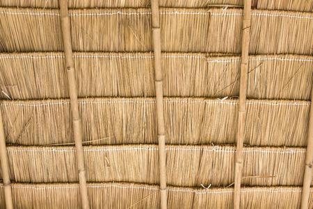 A l'intérieur du toit de chaume sur la maison de campagne.