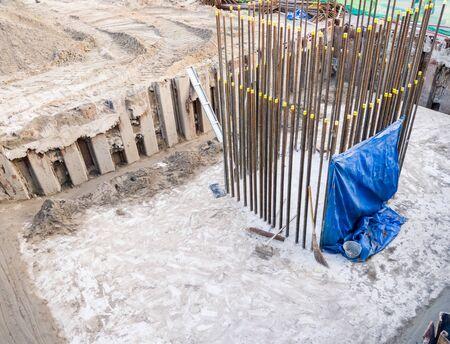 Die großen Fundamente werden im Bau für den Pfeiler der Skytrain-Station im Stadtgebiet errichtet.