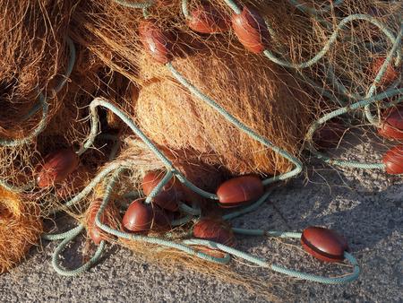 boyas: vieja red de pesca con boyas en el puerto Foto de archivo