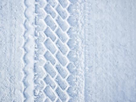 Auto wielband spoor in de sneeuw Stockfoto