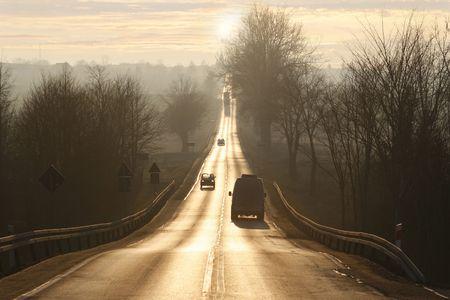 perspectiva lineal: deslumbrante puesta de sol antes de carretera estrecha, ir lejos para bien, perspectiva lineal en el centro de la v�a p�blica, ir hacia lo desconocido