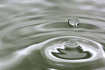 Wassertropfen auf dem Wasser mit Wellen Standard-Bild - 6221098