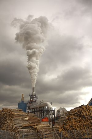 Spalanie drewna dokonywania dymu z chmury  Zdjęcie Seryjne