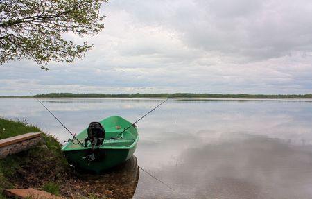 Łodzi na jezioro z nieba odbicia