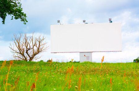 Billboard anonsowania na tle nieba