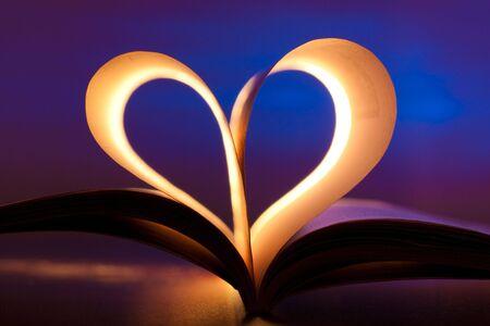 Otwórz księgę w kształcie serca czerwony na niebieskim tle