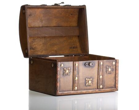 cofre tesoro: Cuadro de tesoro abierto aislado en blanco