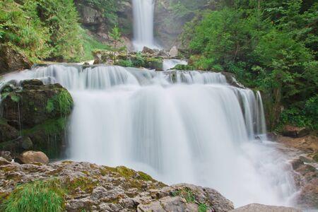 Wodospad w zielonym charakter w Szwajcarii