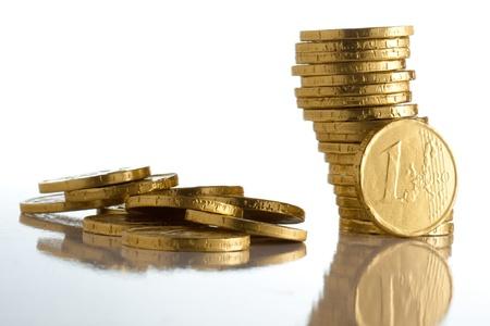 Monety euro na białym tle makra Zamknij w górę