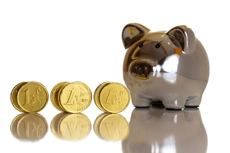 Monety euro na białym tle makro bliska