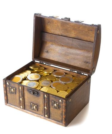 Otwórz pudełko pełne złotem pieniędzy euro