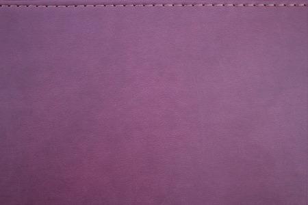 imitation leather: Struttura di una finta pelle di colore cremisi con una cucitura Archivio Fotografico
