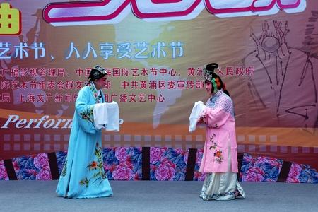 Shanghai, China - 23. Oktober 2009: Theaterauff�hrung von einem Schauspieler und Schauspielerin auf der Stra�e.