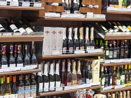 Astana, Kasachstan - 23. August 2012: Alkoholische Getr�nke im Supermarkt. Editorial