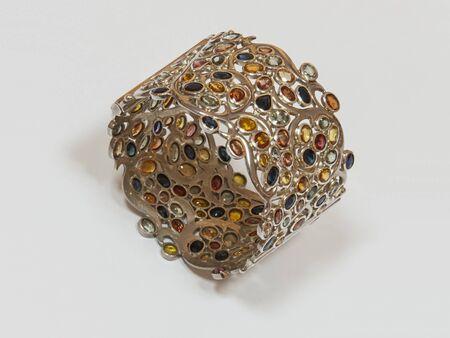 Bacelet mit bunten Edelsteinen, auf wei�em Hintergrund.