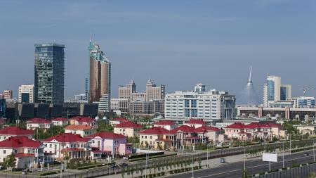Stadtbild von Astana, der Hauptstadt Kasachstans, mit modernen Wolkenkratzern.