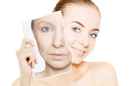 Jonge prachtige vrouw breekt foto met haar oude gezicht Stockfoto