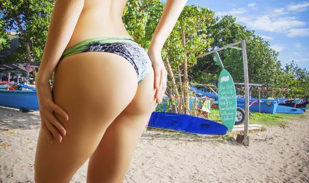 수영장 근처 선탠 근접 촬영 여성 엉덩이
